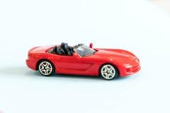 Retro particolare dell'automobile del giocattolo Automobile rossa del giocattolo con un senza coperchio su un fondo bianco giocat Immagine Stock