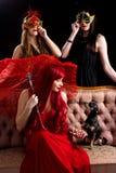 Retro- Party-Girls mit Hündchen stockfoto