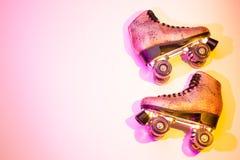Retro pattini di rullo luccicanti rosa - progettazione della disposizione del manifesto fotografie stock