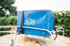 Retro- Pepsi-Cola Kasten auf das Auto lizenzfreies stockfoto