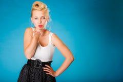 Retro perno sulla ragazza che invia bacio Fotografia Stock Libera da Diritti