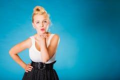 Retro perno sulla ragazza che invia bacio Fotografie Stock Libere da Diritti