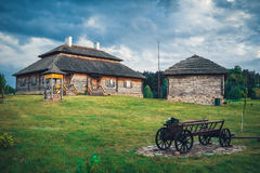Retro person som tillhör en etnisk minoritethus på det lantliga landskapet, Brest region, Vitryssland royaltyfria bilder