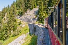 Retro- Personenzug siedelt von Schynige Platte nach Interlaken über switzerland stockfoto
