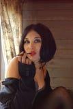 Retro piękna kobieta z papierosowym właścicielem zdjęcia stock