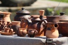 Retro piatti dell'argilla sulla tavola Immagine Stock