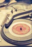 Retro platenspeler en oud vinyl met gekrast royalty-vrije stock foto's