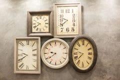 Retro pokój z zegarami Fotografia Royalty Free