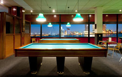 Retro- Poolraum mit einer Ansicht Lizenzfreies Stockfoto