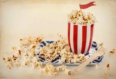 Retro popcorn i en randig bunke arkivbilder