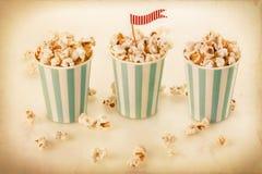 Retro popcorn i randiga koppar royaltyfri bild