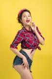 Retro- Porträt der Asiatin mit Stift-obenmake-up und Frisurposition Lizenzfreie Stockfotografie