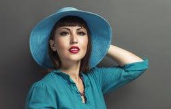 Retro- Porträt einer Schönheit mit Hut Abbildung der roten Lilie Fas Stockfoto