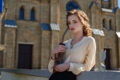 Retro- Porträt eines schönen träumerischen Mädchens, das draußen ein Buch in den Händen hält Weiches Weinlesetonen Stockfoto