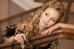 Retro- Portrait der schönen reizvollen Frau mit Schablone Stockbild