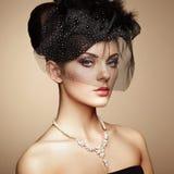 Retro- Portrait einer schönen Frau Abbildung der roten Lilie Stockfoto
