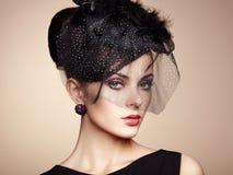 Retro- Portrait einer schönen Frau Abbildung der roten Lilie Lizenzfreies Stockfoto