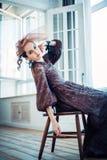 Retro- Portrait einer schönen Frau Abbildung der roten Lilie Art und Weisefoto Lizenzfreies Stockfoto