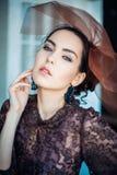 Retro- Portrait einer schönen Frau Abbildung der roten Lilie Art und Weisefoto Stockfotografie