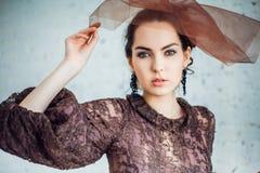 Retro- Portrait einer schönen Frau Abbildung der roten Lilie Art und Weisefoto Stockfotos