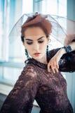 Retro- Portrait einer schönen Frau Abbildung der roten Lilie Art und Weisefoto Lizenzfreies Stockbild