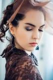 Retro- Portrait einer schönen Frau Abbildung der roten Lilie Art und Weisefoto lizenzfreie stockbilder