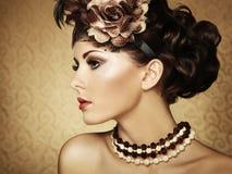 Retro- Portrait einer schönen Frau. Weinleseart Stockfotos
