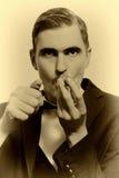 Retro portret dorosła mężczyzna dymienia drymba Fotografia Royalty Free
