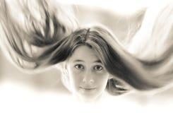 Retro portret piękna młoda dziewczyna z latającym włosy obrazy stock