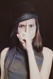 Retro portret piękna młoda kobieta w kapeluszu z przesłoną obraz royalty free