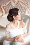 Retro Portret van de Vrouw Elegante donkerbruine dame met manierparels Stock Foto