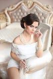 Retro Portret van de Vrouw Elegante donkerbruine dame met manierparels Stock Afbeelding