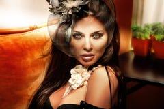 Retro portret van modieuze donkerbruine vrouw. Royalty-vrije Stock Foto