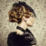 Retro portret van mooie vrouw. Uitstekende stijl stock fotografie