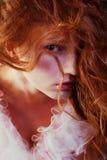 Retro portret van roodharige koningin zoals meisje royalty-vrije stock afbeeldingen