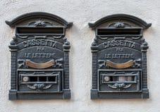 Retro postbox för traditionellt italienskt järn två för bokstäver Arkivfoto