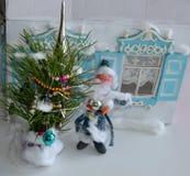 Retro- Postkarte des neuen Jahres mit Vater Frost, Baum des neuen Jahres und alten Fensterläden Lizenzfreie Stockfotos