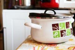 Retro pot met voedsel in de keuken Royalty-vrije Stock Foto's