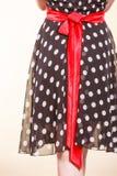 Retro prickig klänning med den röda pilbågen Royaltyfria Bilder