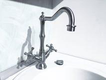 Retro primo piano d'ottone d'annata del rubinetto del rubinetto di acqua su fondo leggero immagini stock