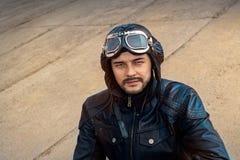 Retro ProefPortrait met Glazen en Uitstekende Helm stock foto's