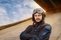 Retro ProefPortrait met Glazen en Uitstekende Helm royalty-vrije stock foto
