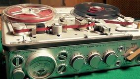 Retro Professionele Audiobandrecordermachine stock footage