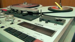 Retro Professionele Audiobandrecordermachine stock video