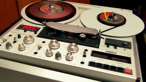 Retro Professionele Audiobandrecordermachine het werk vooruitgang stock video