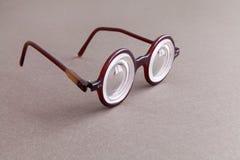 Retro projektów widowisk eyeglasses na beżowym szarość papierze textured tło Roczników mężczyzna mody stylowi akcesoria dla obrazy royalty free