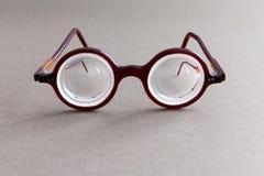 Retro projektów widowisk eyeglasses na szarość papierze textured tło Roczników mężczyzna mody stylowi akcesoria dla perfect obrazy stock