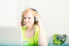 Retro projektujący wizerunek kobieta słucha muzyka przed l obraz stock