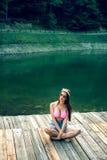 Retro projektująca dziewczyna pozuje na halnym jeziorze Obrazy Royalty Free