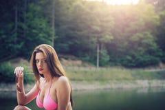 Retro projektująca dziewczyna pozuje na halnym jeziorze Zdjęcia Royalty Free